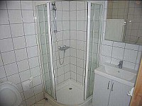 Spaceious bathroom with shower